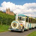 """Der Rüdesheimer Winzerexpress """"Bimmelbähnchen"""" im Hintergrund die Abtei St. Hildegard- Vielen Dank an dieser Stelle  (Copyright für das Bild """"Marlis Steinmetz"""")"""