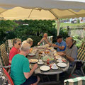 Einladung als Abschluß der Wanderung durch Heinz und Resle in ihren wunderschönen Garten