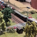 ....Autoreisezug überholt moderenen Containergüterzug am Bahnübergang