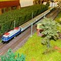 Ein Schnellzug durchfährt gerade den Abzweig Reichertshausen