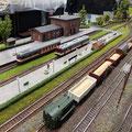 Triebwagen der Reihe 851 der CD am Hausbahnsteig (Hersteller mtb) kreuzt...