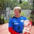 Gerd Zewe beim Probetraining mit den Kids