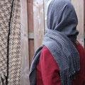 der Schal kann auch als kleiner Allwetterschleier getragen werden, er ist aus reiner Wolle