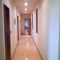 玄関からキッチンへの廊下.左側に水まわりをまとめています.