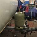 Der Gasflaschenkasten hat keinen Platz. Somit werde ich doch eine neue Zugdeichsel von Alko kaufen, die 30cm länger ist. Dann wirds - schade...