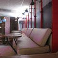 sofà enlairat amb taules giratòries