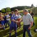 Staffelleiter Erich Lämmle übergibt den Meisterschafts-Wimpel an Kapitän Nicolas Kallabis