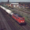 140 013-4 zieht ihren Güterzug vorbei am früheren Gleisbauhof in Wedau.