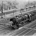 050 050-4 passiert den Personenbahnhof Duisburg Wedau. Auffallend die sehr gepflegten Bahnsteige in Wedau.
