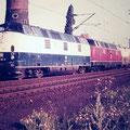221 141-5 in Doppeltraktion fährt durch Wedau.