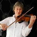Ursula mit Geige und Schmuckstücke von der Goldschmiede OBSESSION