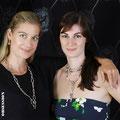 Sonja und Gina mit Schmuckstücken von der Goldschmiede OBSESSION