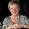 Inge mit Collier und Ring aus der Kollektion Wave und einer Armbanduhr aus der Zaubergarten Kollektion