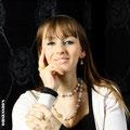 Karolina mit Schmuckstücken von der Goldschmiede OBSESSION