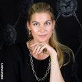 Sonja mit einem Collier und Ring aus der Gremlin Kollektion