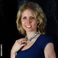 Evelyne mit einem Collier aus Aquamarinen und Perlen aus der Kollektion Sunflower