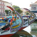 Sur les canaux, les Moliceiros, ces bateaux colorés avec une proue recourbée en col de cygne et peinte de motifs naïfs