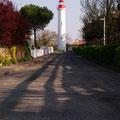 Château d'Oléron (17)ce n'est pas un phare, pas vraiment. Vue sa faible hauteur, on parle plus raisonnablement d'un feu de port.D'ailleurs, il est à l'écart de la mer, au milieu des maisons de la commune