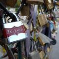 Des centaines de couples d'amoureux viennent déposer leur cadenas en signe d'amour éternel sur le pont des Arts ...nous y avons déposé le nôtre en octobre 2011...
