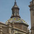 Tuiles multicolores sur les toits de la basilique