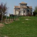 L'église Sainte-Radegonde, élevée au 12e siècle sur la falaise dominant l'estuaire, est un joyau de l'art roman saintongeais.