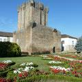 Tour de Menagem du château de Chaves avec ses jardins fleuris