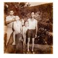 """Mon frère et moi a côté de la fontaine. """"Tito"""" a gauche, mon père à droite...(en 78 env.)"""