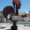 Certains  coqs de Barcelos peuvent atteindre plusieurs mètres de hauteur, comme celui-ci...