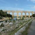 Au pied du pont du Gard