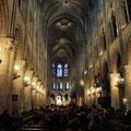 Intérieur de Notre Dame de Paris...