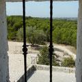 Vue depuis la petite ouverture du moulin d'Alphonse Daudet