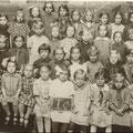 Lehrerin Völker mit Mädchenklasse 1929/1930