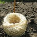 Zum Schluss die Rinne mit Erde zudecken, leicht andrücken und bewässern