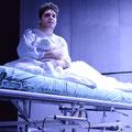 Benjamin Popson als Prior Walter in Angels in America UNI.T - Theater der UdK Berlin 2019 (Foto: Jacintha Nolte)