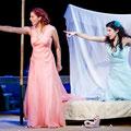 Sylvia Rena Ziegler als Dorabella in Così fan tutte mit Noa Danon als Fiordiligi, Theater Magdeburg 2014 (Foto: Andreas Lander)