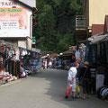 Etwas skurril: Eine Ramsch-Einkaufsmeile in vietnamesischer Hand als Eingangstor in den tschechischen Nationalpark.