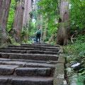 羽黒山神社まで風情のある石階段を登っていきます
