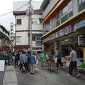 日曜の朝市です!賑わってます!私も最後の朝市ですのでおみやげの山菜を購入します