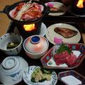 今宵の夕食は湯治飯なのに、お肉がでました!すごいですね~ 税抜6000円で朝夕ついて、この料理なら宿の対応が悪くてもだんだん慣れてきます~