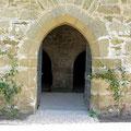 Yburg, Remstal, Eingang und im Hintergrund Eingang zu den Kellern  -  © Traudi
