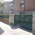Puerta corredera de barrotes modelo ARAVIS en color verde
