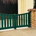 Puerta batiente de barrotes modelo CAPRI en color verde