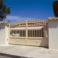 Puerta batiente clásica de barrotes modelo IBIZA en color crema