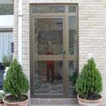 Puerta de portal en aluminio anodizado bronce