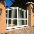 Puerta batiente de barrotes modelo TAHITÍ en color blanco
