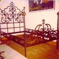 Bett in Eisen gebürstet