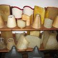 Sortiment verschiedener Lampenschirme in Leder, Perga und Stoff