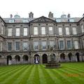 der Anblick des Holyrood-Palace vom Innenhof aus - im Palace selber sind Fotos verboten, daher gibt es nur dieses eine Bild