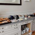 eine Hälfte des Frühstücksbuffets - im Nebenraum gibt's noch Müsli und frische Früchte