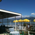 Ombrelloni, sole e lago